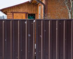 Забор из профнастила с декоративной планкой