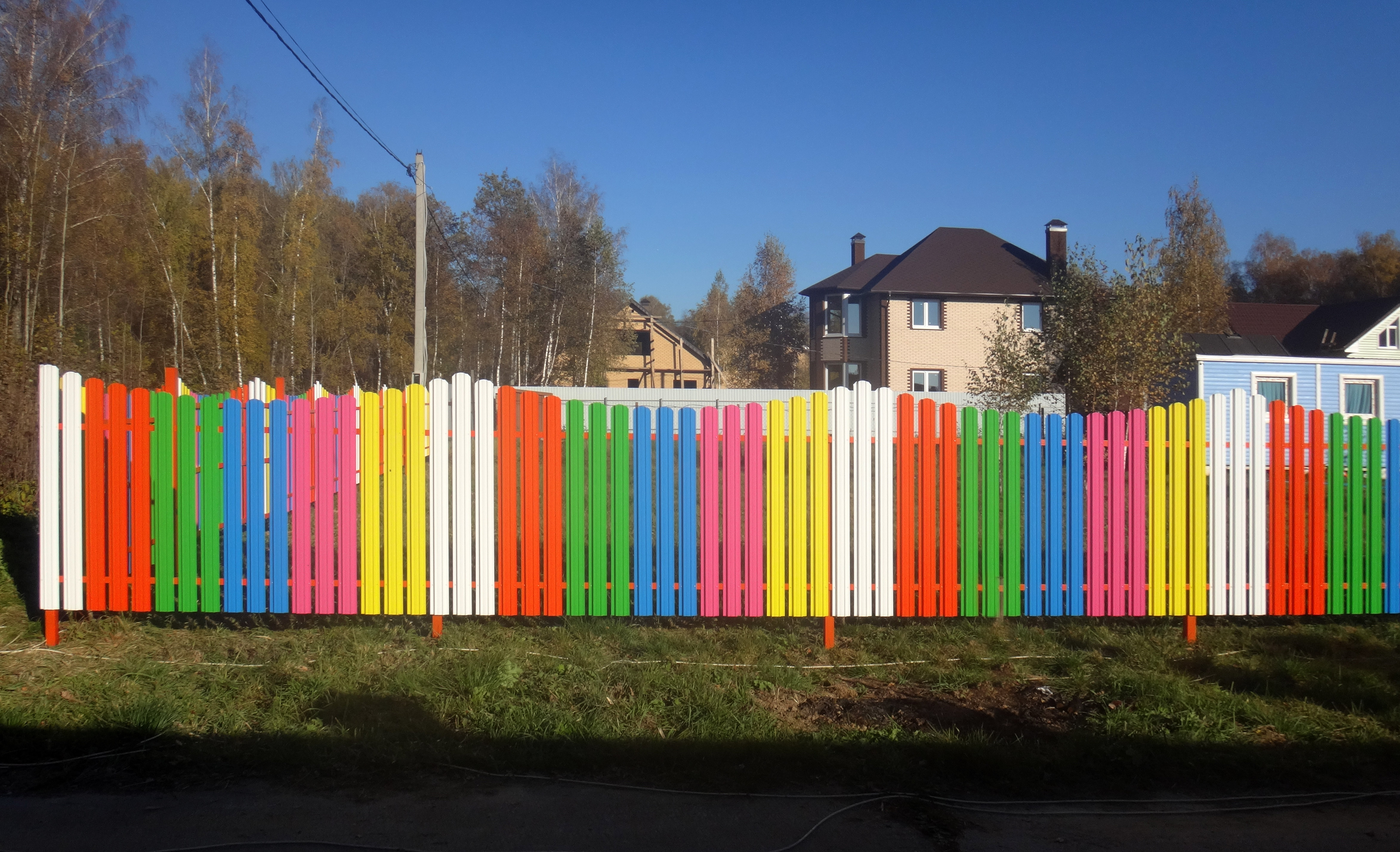 заросшие оригинально покрасить забор из штакетника фото да, нам важно